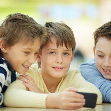 Drie kinderen met smartphone: een filter op school is wel zo handig